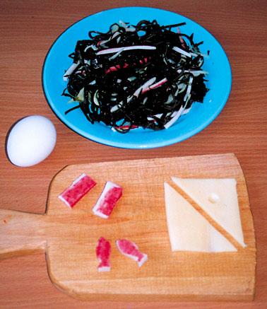 приготовление салата из морской капусты и крабовых палочек