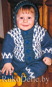 Вязаный на спицах костюм для малыша: курточка с капюшоном и штанишки