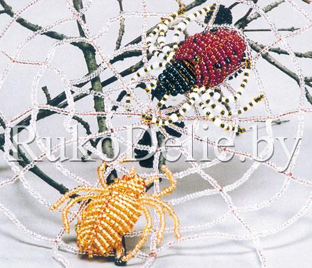 Большой паук, выполненный в технике параллельного плетения бисером.