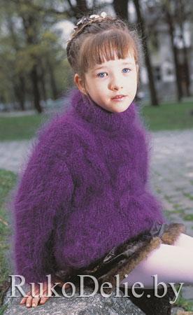 Вязаный спицами мохеровый свитер для девочки.